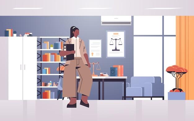 Vrouwelijke advocaat bedrijf rechter boek of map juridisch recht advies justitie concept moderne kantoor interieur volledige lengte horizontale vector illustratie