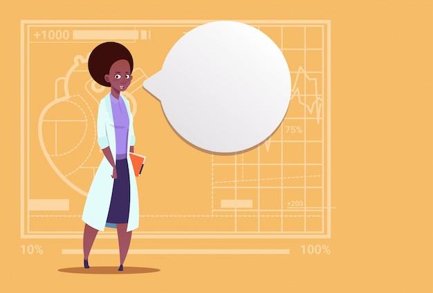 Vrouwelijke african american arts met chat bubble medische klinieken werknemer ziekenhuis