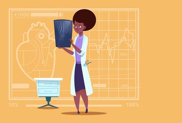 Vrouwelijke afrikaanse amerikaanse arts die xray medical clinics worker hospital surgery onderzoeken