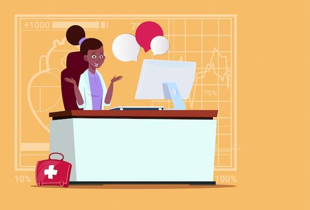 Vrouwelijke afrikaanse amerikaanse arts sitting at computer online consultatie medical clinics worker hospital