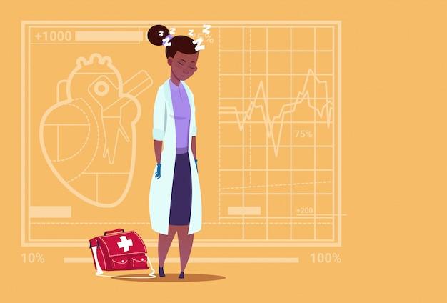Vrouwelijke afrikaanse amerikaanse arts vermoeide duttende medical clinics worker ziekenhuis