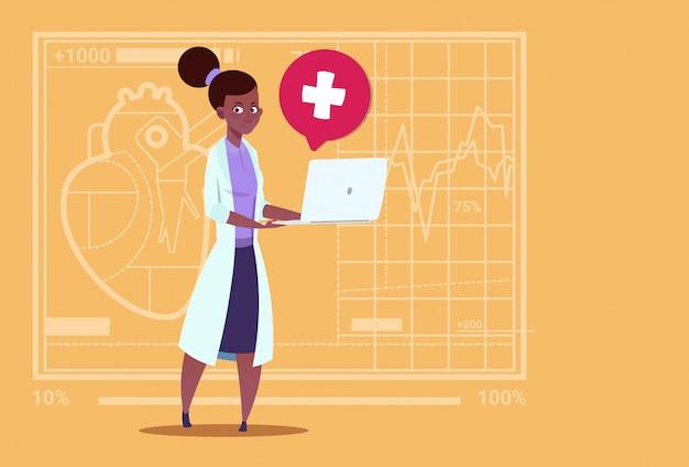 Vrouwelijke arts hold laptop computer online raadpleging medische klinieken african american worker hospital