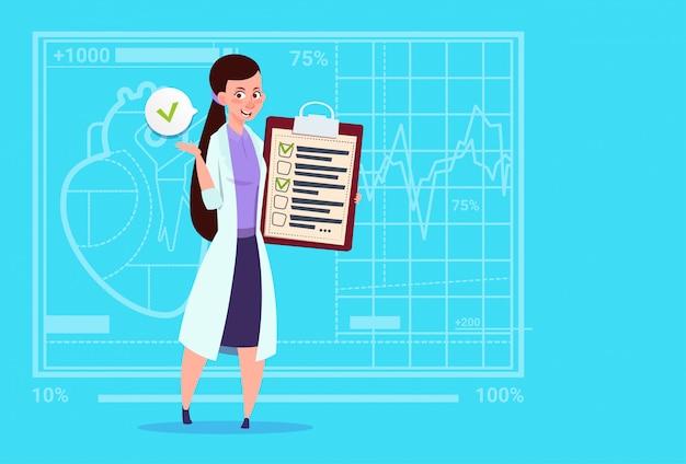 Vrouwelijke arts holding klembord met analyse resultaten en diagnose medical clinics worker hospital
