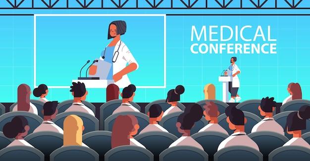 Vrouwelijke arts houdt toespraak op tribune met microfoon medische conferentie geneeskunde gezondheidszorg concept collegezaal interieur horizontale vector illustratie