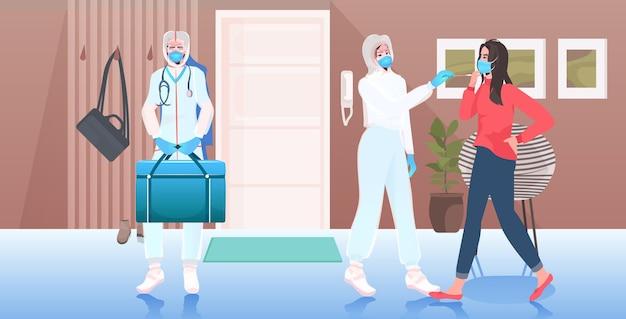 Vrouwelijke arts in masker die uitstrijkje neemt voor coronavirusmonster van vrouwelijke patiënt pcr-diagnose