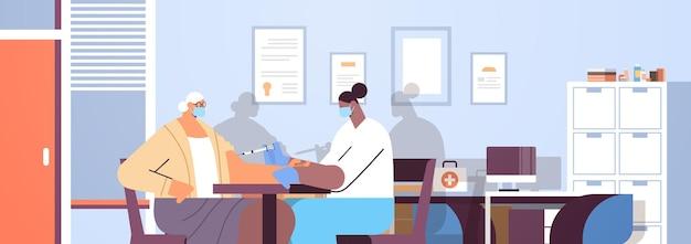 Vrouwelijke arts in masker vaccineren oude patiënt beoefenaar injectie geven aan senior vrouw strijd tegen coronavirus vaccinatie concept moderne kliniek interieur horizontaal portret vector illustratio