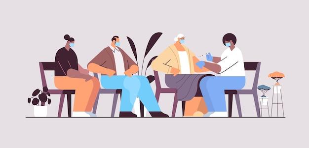 Vrouwelijke arts in masker vaccineren senior vrouw patiënt strijd tegen coronavirus vaccin ontwikkelingsconcept volledige lengte horizontale vectorillustratie