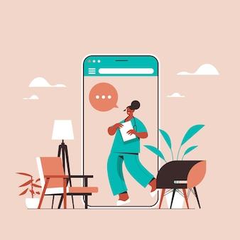 Vrouwelijke arts in smartphonescherm chat-zeepbel communicatie online overleg gezondheidszorg geneeskunde medisch advies concept