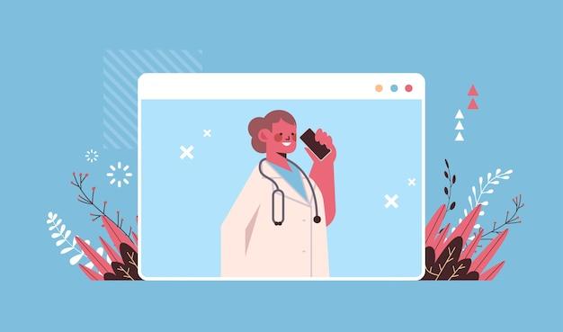 Vrouwelijke arts in webbrowservenster praten over telefoon raadpleging van patiënt online raadpleging gezondheidszorg telegeneeskunde medisch advies