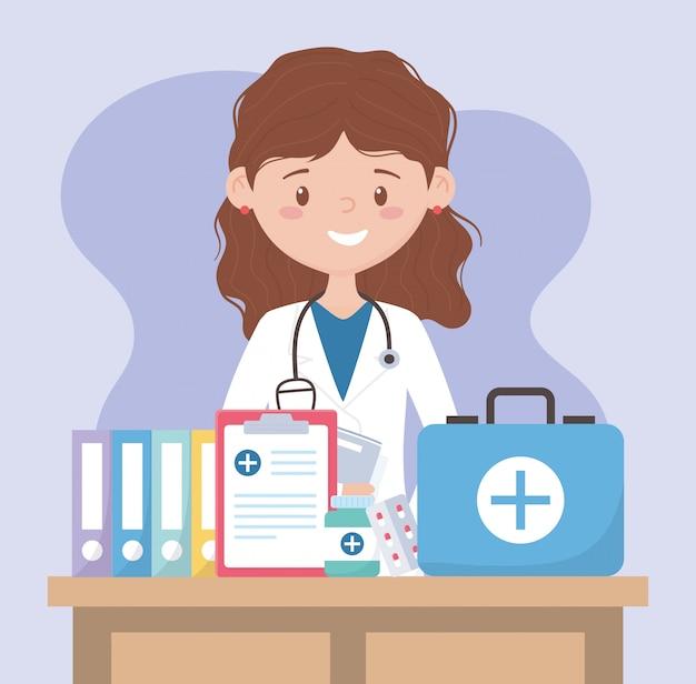 Vrouwelijke arts met kit eerste hulp medisch rapport en medicijnen, artsen en ouderen
