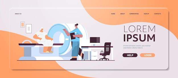 Vrouwelijke arts met senior vrouw patiënt in tomografie machine magnetische resonantie beeldvorming mri apparatuur ziekenhuis radiologie concept volledige lengte horizontale kopie ruimte vectorillustratie