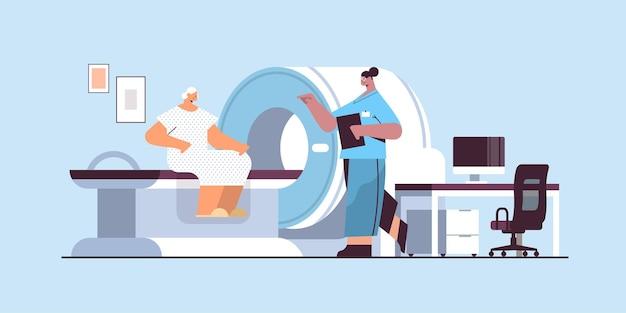 Vrouwelijke arts met senior vrouw patiënt in tomografie machine magnetische resonantie beeldvorming mri apparatuur ziekenhuis radiologie concept volledige lengte horizontale vectorillustratie