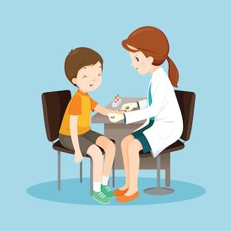 Vrouwelijke arts neemt bloedmonster van de patiënt