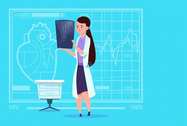 Vrouwelijke arts onderzoekt xray medische klinieken werknemer ziekenhuisoperatie