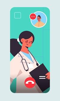 Vrouwelijke arts raadplegen mannelijke patiënt tijdens videogesprek online overleg gezondheidszorg geneeskunde concept smartphone scherm verticaal