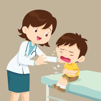 Vrouwelijke arts troost haar huilende patiënt jongen