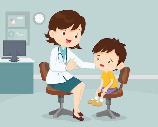 Vrouwelijke arts troost haar huilende patiënt kind