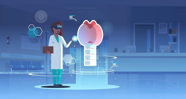 Vrouwelijke arts verpleegster draagt een digitale bril op zoek naar virtual reality schildklier menselijk orgaan anatomie