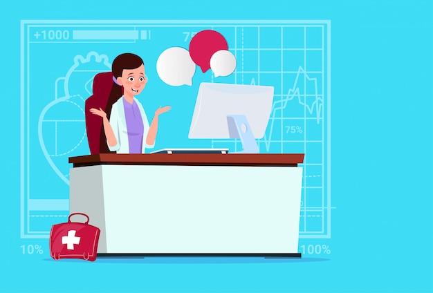 Vrouwelijke arts zit op computer online raadpleging medische klinieken werknemer ziekenhuis