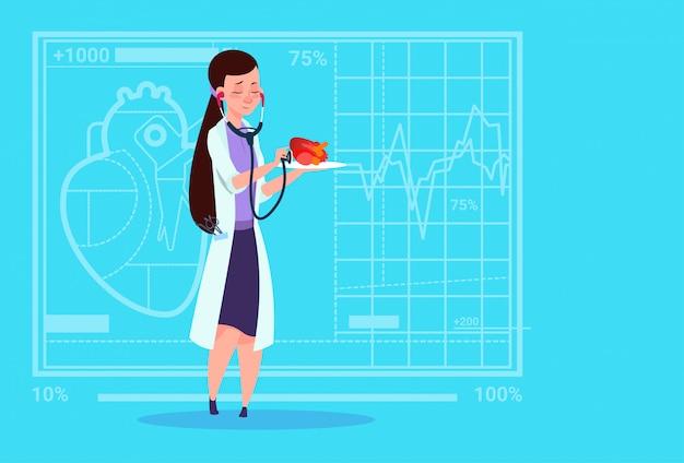 Vrouwelijke artsencardioloog die hart met het medische ziekenhuis van de stethoscoop van de stethoscoop onderzoeken