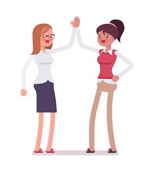 Vrouwelijke bedienden geven high five