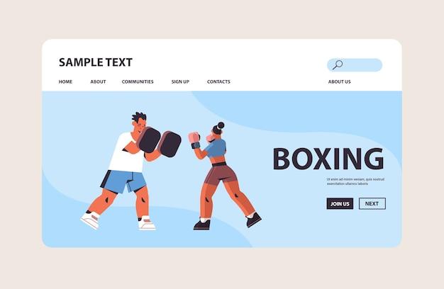 Vrouwelijke bokser boksen oefeningen met mannelijke trainer gezonde levensstijl boksen concept kopie ruimte