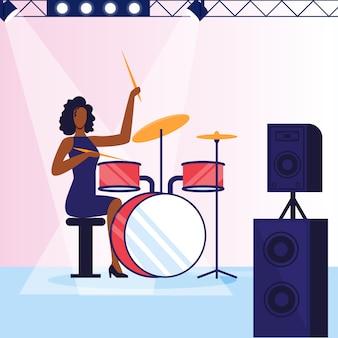 Vrouwelijke drummer, muzikant platte vectorillustratie
