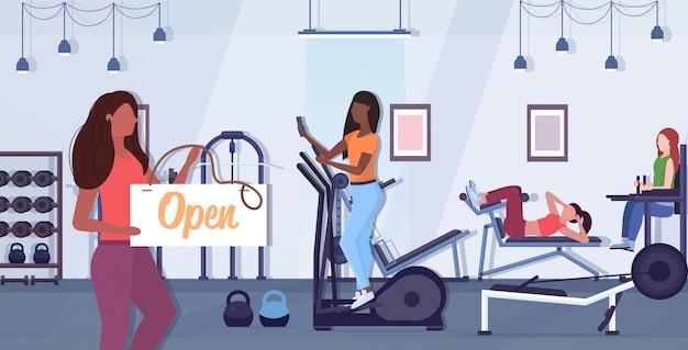 Vrouwelijke fitnesstrainer met open bord