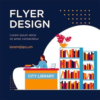 Vrouwelijke glimlachende bibliothecaris die zich bij balie bevindt. boek, plank, papieren platte flyer-sjabloon
