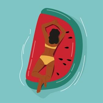 Vrouwelijke karakter drijvend op opblaasbare matras in de vorm van een stuk watermeloen genieten van zomervakantie. resort of hotel summertime ontspan in het zwembad, de oceaan, de zee. cartoon vectorillustratie