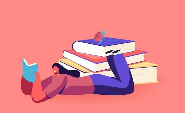 Vrouwelijke karakter lezen literatuur liggend in de buurt van enorme stapel boeken. jonge vrouwelijke student of boekenwurm breng tijd door in de bibliotheek of bereid je voor op onderzoek om kennis op te doen. cartoon mensen vectorillustratie