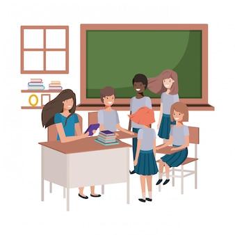 Vrouwelijke leraar in het klaslokaal met studenten