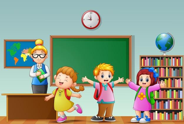 Vrouwelijke leraar met studenten in een klaslokaal
