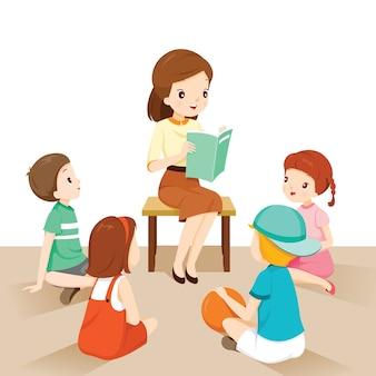 Vrouwelijke leraren vertellen verhaal aan studenten