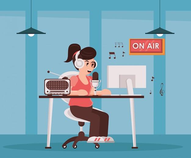 Vrouwelijke omroeper met radiomicrofoon en oortelefoons