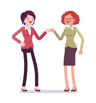 Vrouwelijke ondernemers vuist hobbel en glimlachen