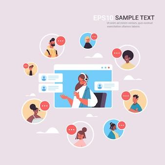 Vrouwelijke operator met hoofdtelefoon chatten met mix race klanten call center agent in web browservenster kopie ruimte van de klantenservice