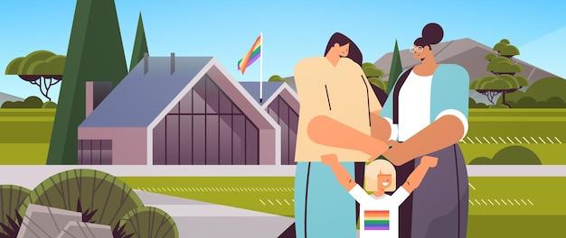 Vrouwelijke ouders lopen in de buurt van modulair huis met dochtertje lesbische familie transgender liefde lgbt gemeenschap concept portret landschap achtergrond horizontale vectorillustratie