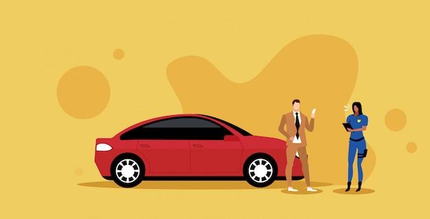Vrouwelijke politieagent het schrijven van parkeerboete of het verzenden van kaartje voor zakenman met rijbewijs verkeersveiligheid veiligheidsvoorschriften concept vectorillustratie