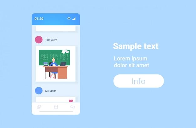 Vrouwelijke schoolleraar zit aan bureau voor bord met behulp van laptop wiskunde les onderwijs concept smartphone scherm online mobiele app horizontale kopie ruimte