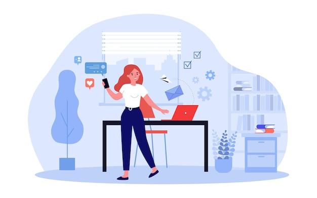Vrouwelijke social media-manager die berichten op kantoor verzendt. drukke vrouw sms'en van telefoon platte vectorillustratie. communicatie, marketingconcept voor banner, websiteontwerp of bestemmingswebpagina