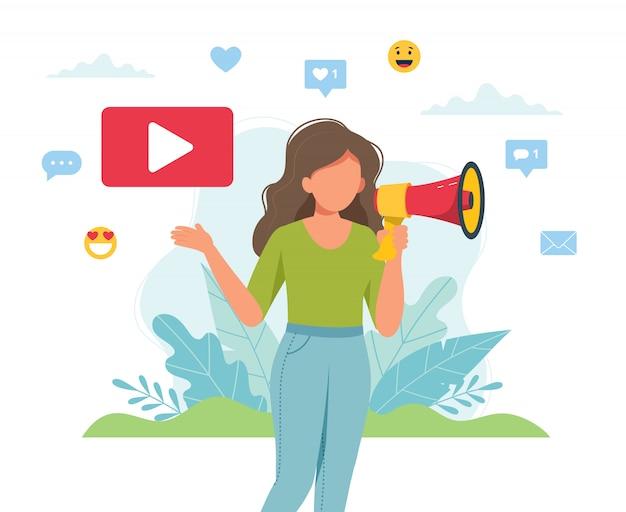 Vrouwelijke videoblogger die aankondiging met megafoon maakt.