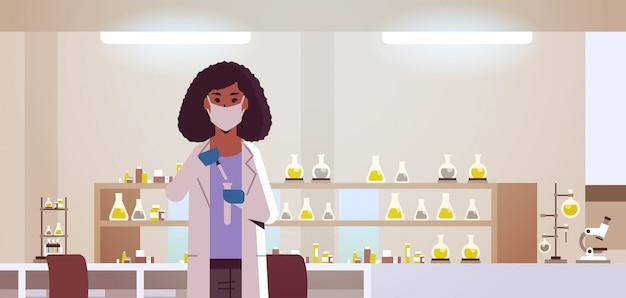 Vrouwelijke wetenschappelijk onderzoeker met reageerbuis laboratorium interieur horizontaal portret