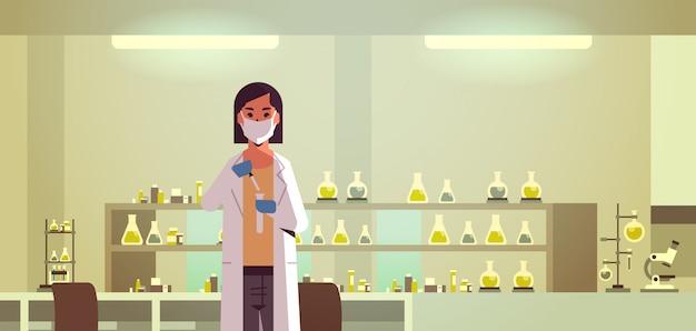 Vrouwelijke wetenschappelijke onderzoeker met reageerbuis
