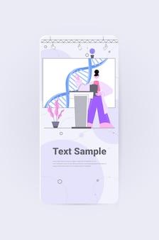 Vrouwelijke wetenschapper die toespraak houdt van tribune dna-testen voor genetische manipulatie medisch conferentieconcept