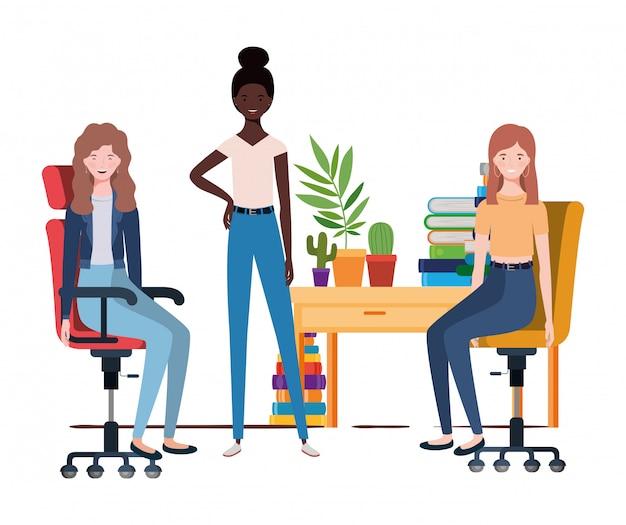 Vrouwen die in het werkbureau zitten met wit
