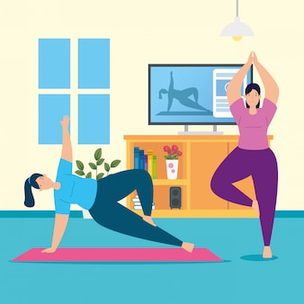Vrouwen die yoga online beoefenen in de woonkamer