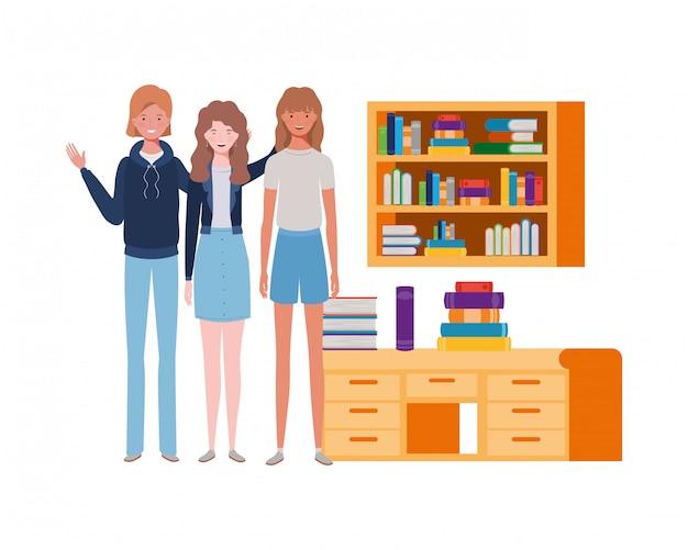 Vrouwen die zich met boekenrek van houten en boeken bevinden