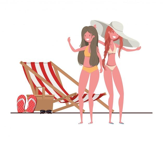 Vrouwen die zich met zwempak in strand bevinden
