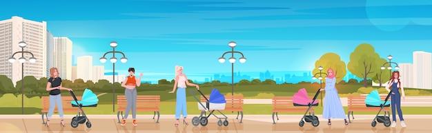 Vrouwen lopen met pasgeboren baby's in kinderwagens moederschap zwangerschap concept stadspark stadsgezicht achtergrond horizontale vectorillustratie